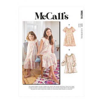 Patron McCall's 8216 - Robe Femme et Enfant ample, encolure froncée du 34 au 52 et 3 à 8 ans